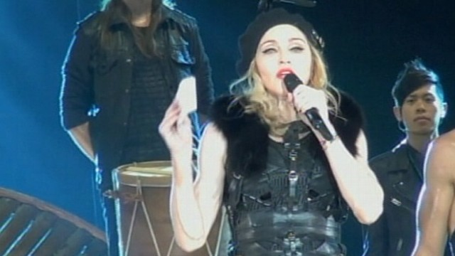 VIDEO: Singer voices support for Pussy Riot at concert in Moscow.