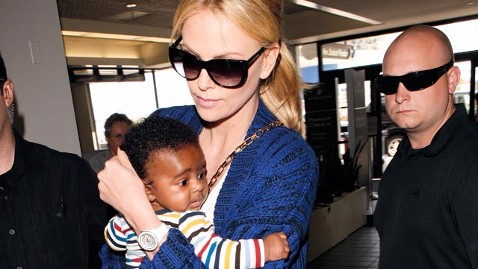 x17 charlize theron son jef 120508 wblog Charlize Theron Shows Off Son at Airport