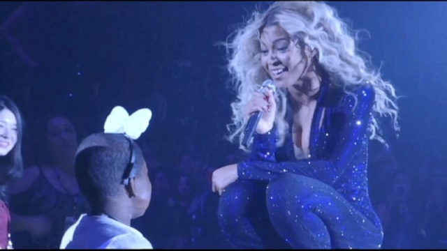 VIDEO: Divas touching moment on stage with young cancer patient makes waves among fans.