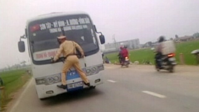 VIDEO: Hanoi bus driver tried to flee while a traffic cop clung to his windshield.