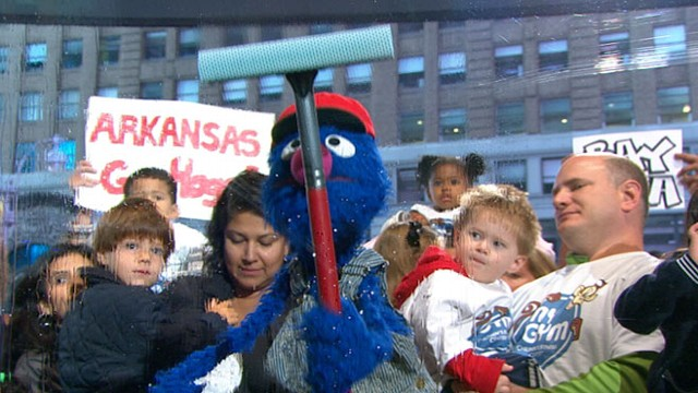 """VIDEO: """"Sesame Street"""" star decided windows outside the """"GMA"""" set weren?t clean enough."""