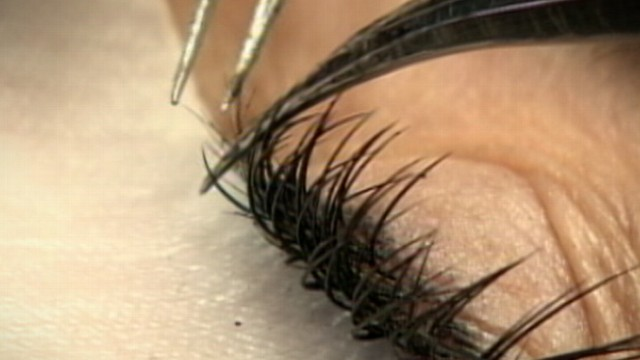 VIDEO: Experts say eyelash extensions, typically made of synthetic fibers, can cause allergic reactions.