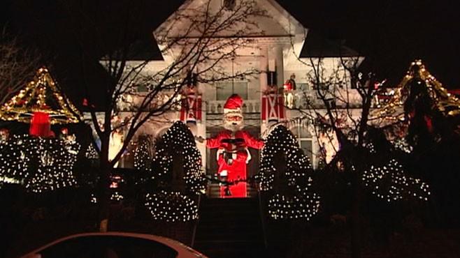 VIDEO: Brookyln, N.Y., neighborhood lights draw crowds at Christmas.