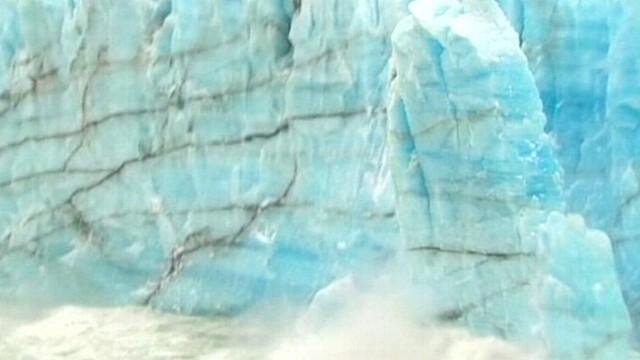 """VIDEO: Tourists see a collapse of the """"Perito Moreno"""" glacier in Santa Cruz, Argentina."""