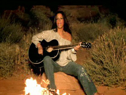 A picture of country singer Sara Evans.