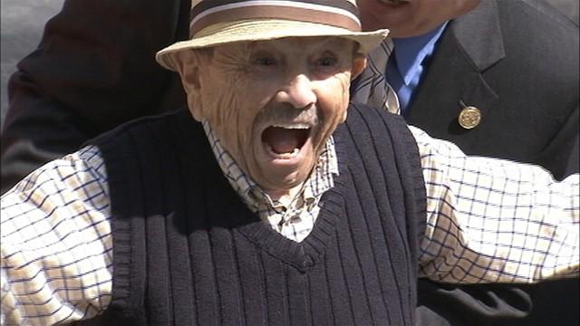 VIDEO: Jerry Maren sings Lollipop Guild in Hollywood.