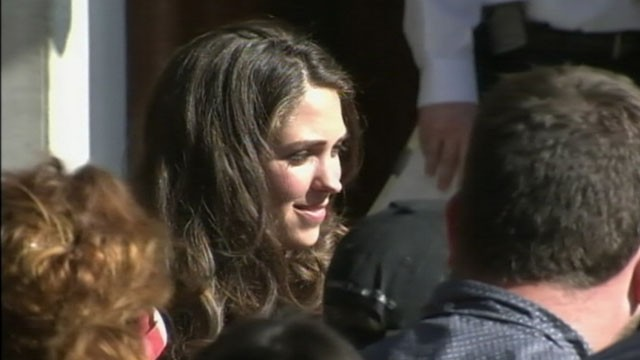 VIDEO: A fake William and Kate draw crowd at London hospital where Middleton is expected to give birth.
