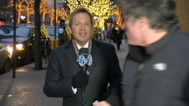VIDEO: Man concentrating on his mobile phone interrupts WABC-TV meteorologist Lee Goldberg.