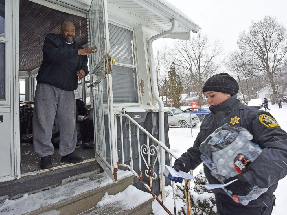 PHOTO: Michigan State Police and Genesee County Sheriffs Deputies bring residents water filters and bottled water on Jan 12, 2016.