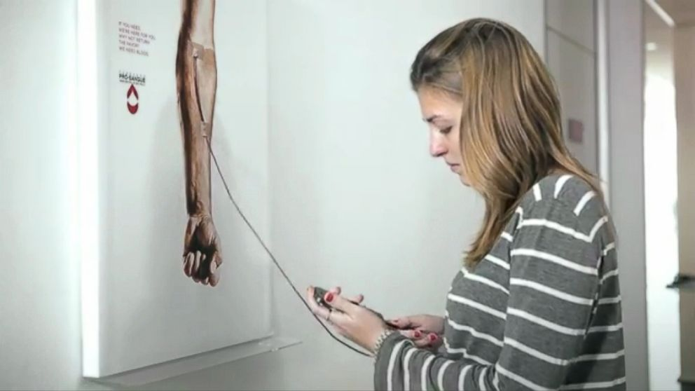 VIDEO: A Brazilian ad agencys poster highlights the importance of donating blood.