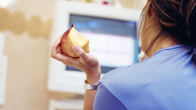 PHOTO: Eating an apple at lunch can help you lose weight.