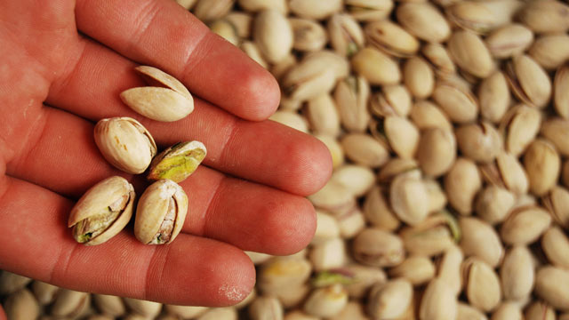 PHOTO: Eating pistachios with their shells can help you eat less.