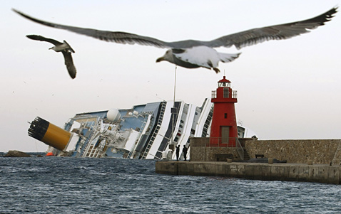 AP costa concordia Today in Pictures: Soldiers Homecoming, Romney on Campaign Trail, Little Gandhis