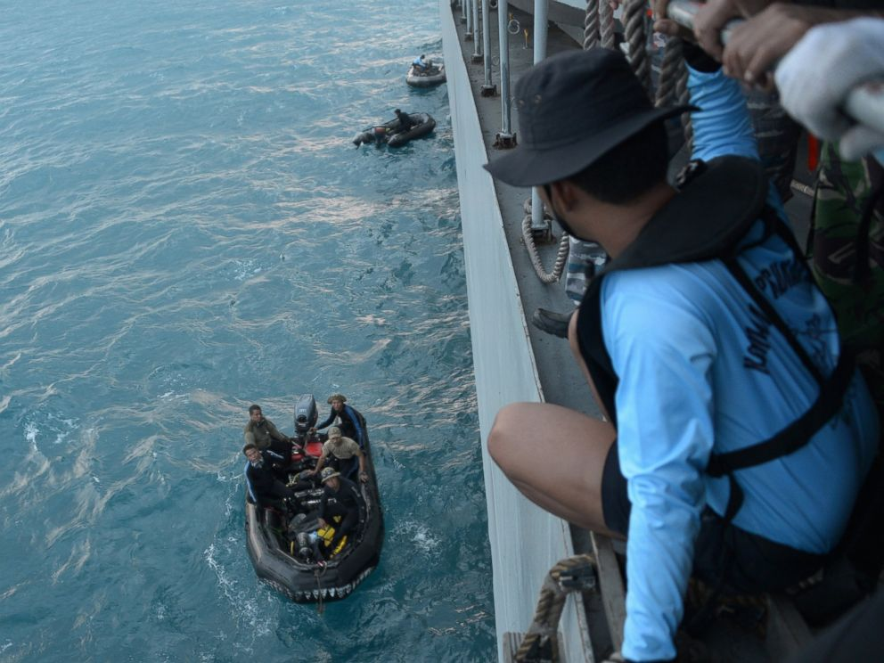 PHOTO: Indonesian navy divers prepare operations to lift the tail of AirAsia Flight 8501 in Java sea, Indonesia, Jan. 9, 2015.