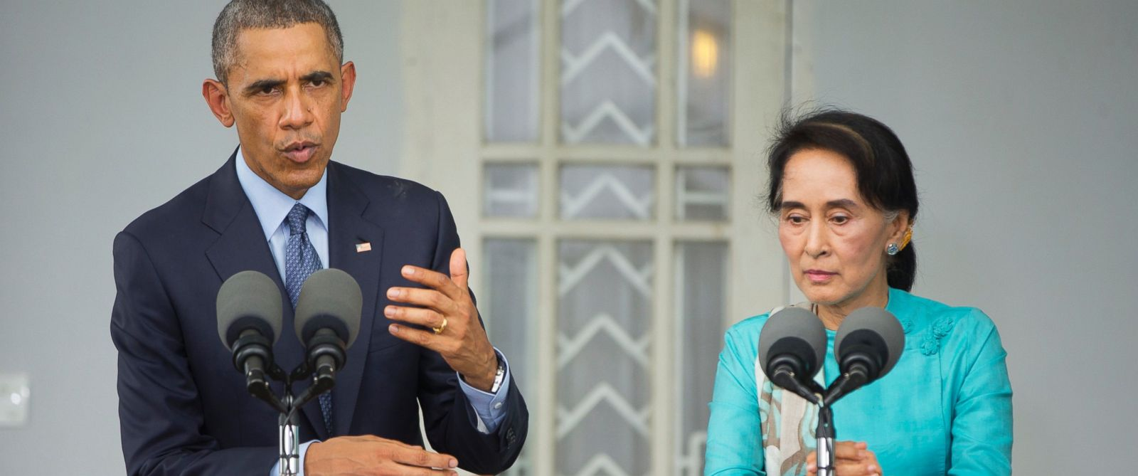 PHOTO: U.S. President Barack Obama, left, with Myanmars opposition leader Aung San Suu Kyi hold their joint news conference at her home in Yangon, Myanmar, Nov. 14, 2014.