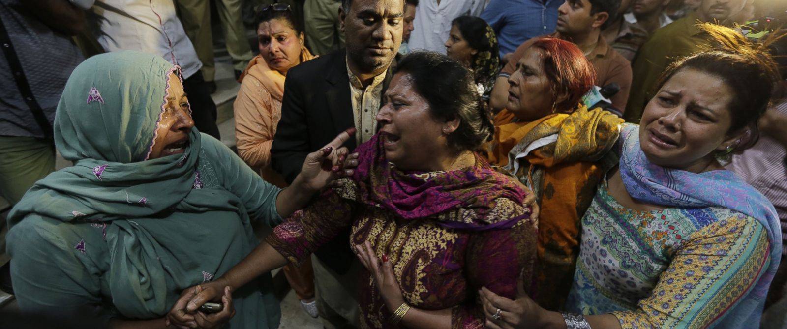 PHOTO: Relatives of the victims of a suicide bomb blast cry outside a hospital in Lahore, Pakistan, March 27, 2016.