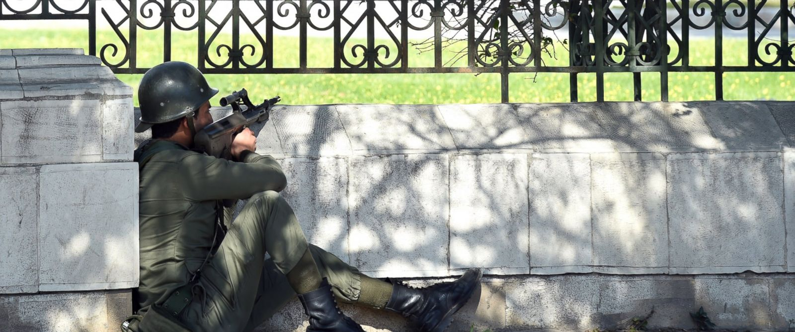 PHOTO: A member of the Tunisian special security forces takes position after two gunmen attacked Bardo International Museum, March 18, 2015, in Tunis.
