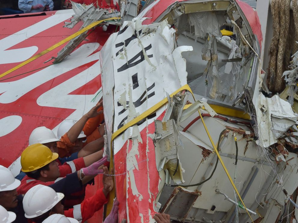 PHOTO:Indonesian crew of the Crest Onyx ship secure recovered wreckage of AirAsia flight QZ8501 in Kumai, Indonesia, Jan. 11, 2015.