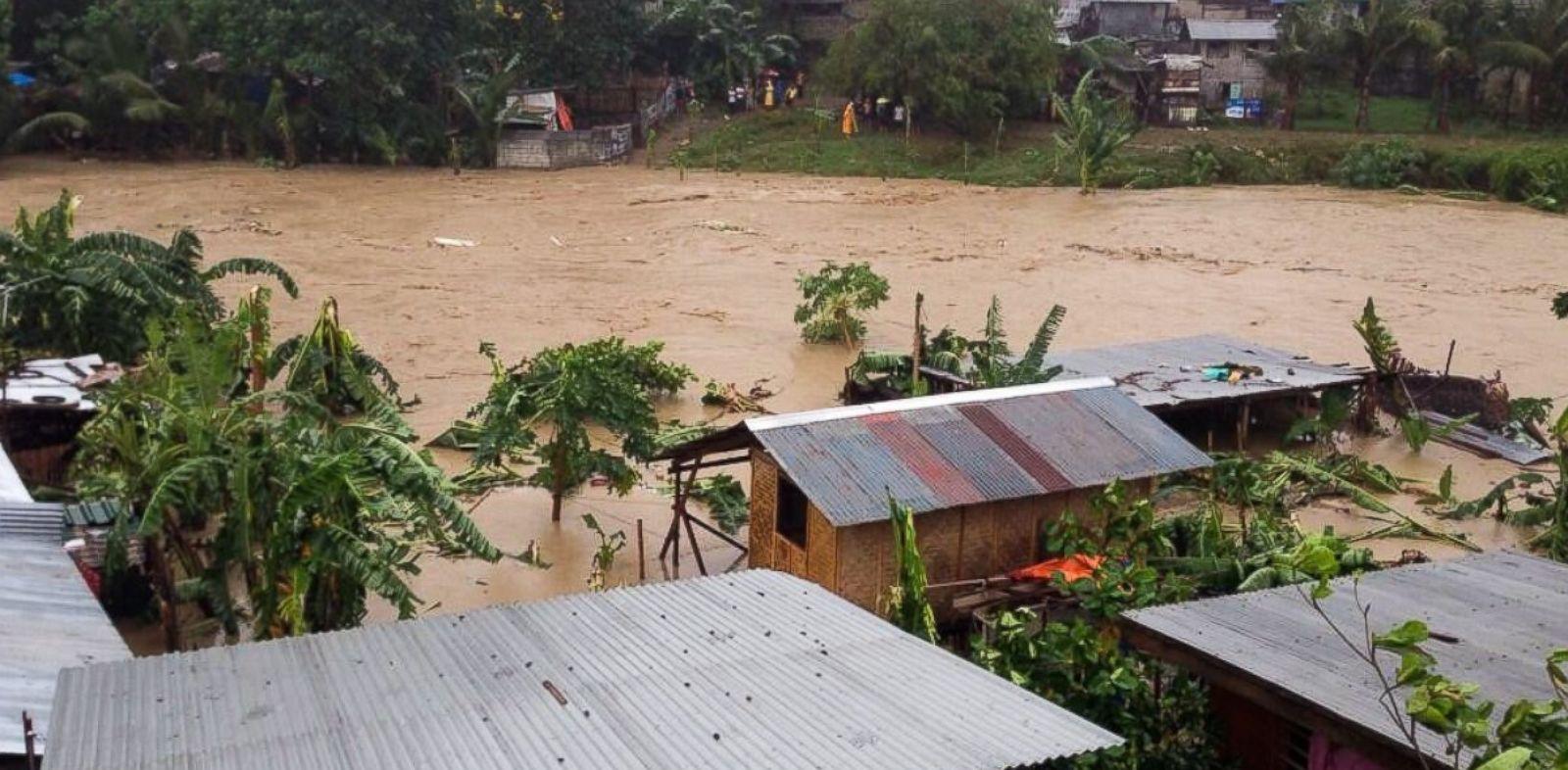 "PHOTO: Rianne Tecson tweets, ""Families in Isla Verde, Brgy. San Isidro, Talisay City flee their homes due to flashfloods. #YolandaPH"""
