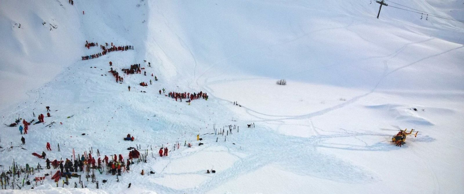 PHOTO:Rescuers workers and skiers are seen at the scene of an avalanche in Les Deux Alpes, Jan. 13, 2016.