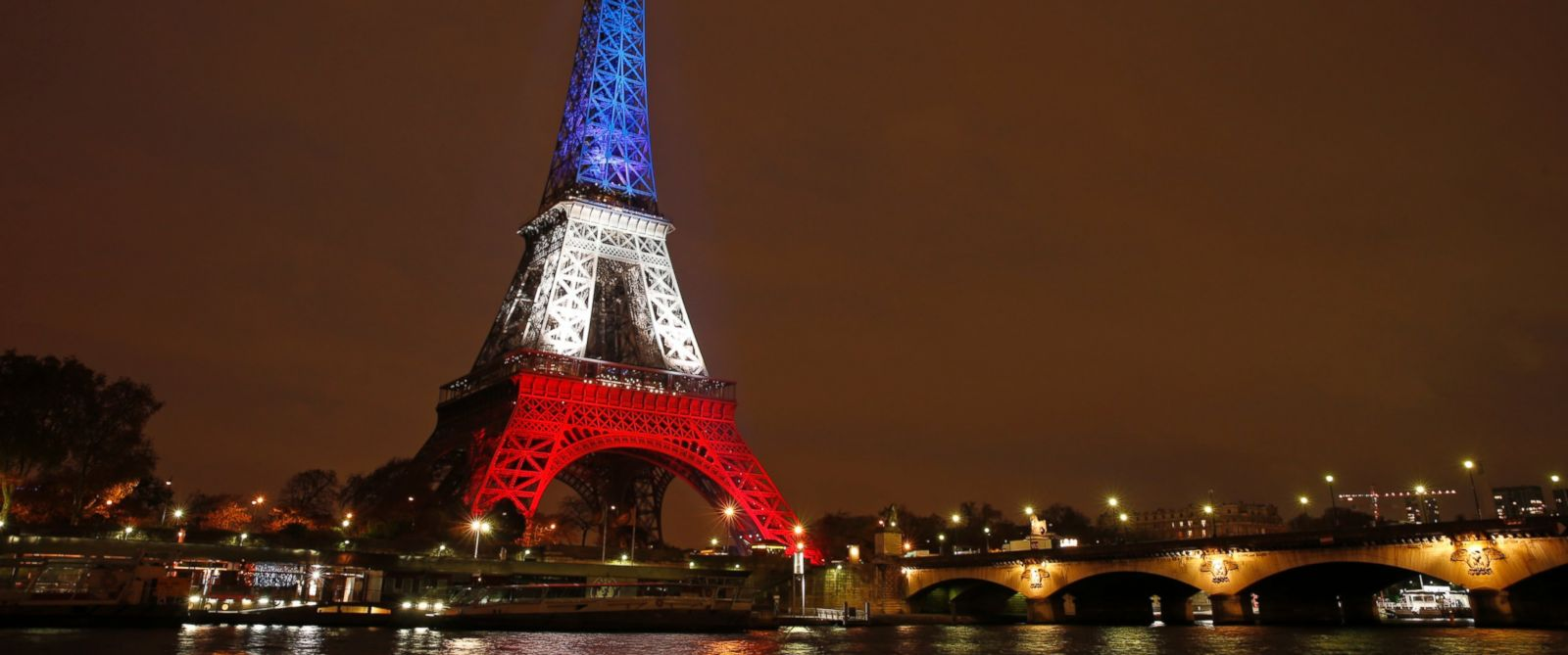 Eiffel tower lit up in france 39 s national colors to honor for Lit national