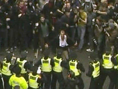 VIDEO: Crowd clashes with police in London at G20 protest.