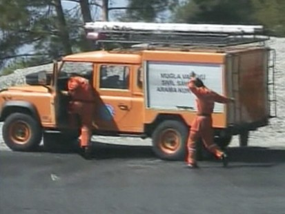 VIDEO: A road accident in Turkey frees bees that go after the crash victims.