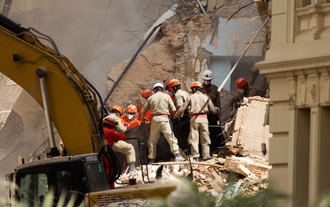 ap brazil building collapse 120126 wblog Pictures of the Day: Obama vs. Brewer, Building Collapse in Brazil, and Australia Rioting