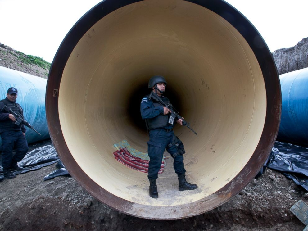 PHOTO: Federal police guard a drainage pipe outside of the Altiplano maximum security prison in Almoloya, west of Mexico City, July 12, 2015.