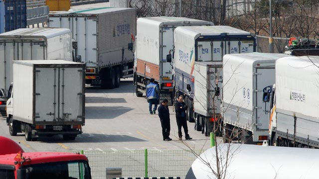 PHOTO: South Korean drivers wait at the customs, immigration and quarantine office, as they head to the North Korean city of Kaesong, in Paju, South Korea, near the border village of Panmunjom, April 3, 2013.