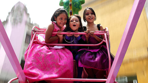 ap mexico dm 120501 wblog Today In Pictures: May Day, Childrens Day, Runway Fashion