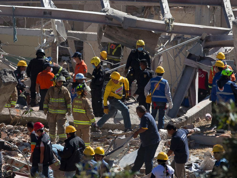 PHOTO: Rescue workers comb through the rubble of a childrens hospital after a gas truck exploded, in Cuajimalpa on the outskirts of Mexico City, Jan. 29, 2015.
