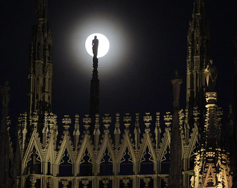 ap milan duomo 4713797 ll 111208 wblog Today In Pictures: Dec. 8, 2011