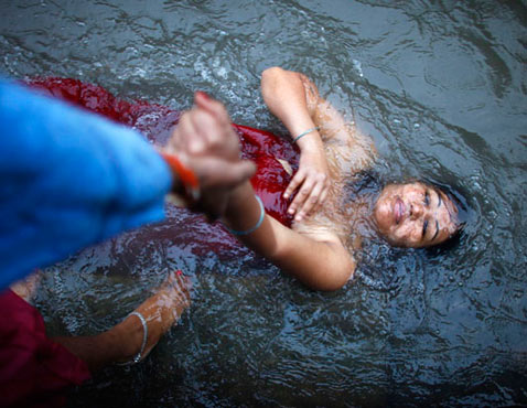 ap nepal dm 120920 wblog Today in Pictures: Rishi Panchami in Nepal, Wind Storm in Uruguay, Demolition in the Philippines