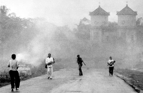 ap nick ut napalm drop during 2 1972 vietnam thg 120606 wblog The Historic Napalm Girl Pulitzer Image Marks Its 40th Anniversary