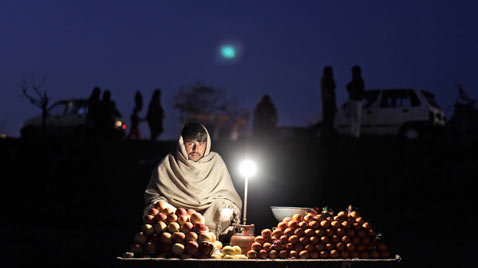 ap pakistan fruit Seller ss thg 120117 wblog Today in Pictures: Jan. 17, 2012