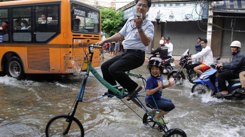 ap thailand flooding bike thg 111028 wblog Today in Pictures : Oct 28, 2011