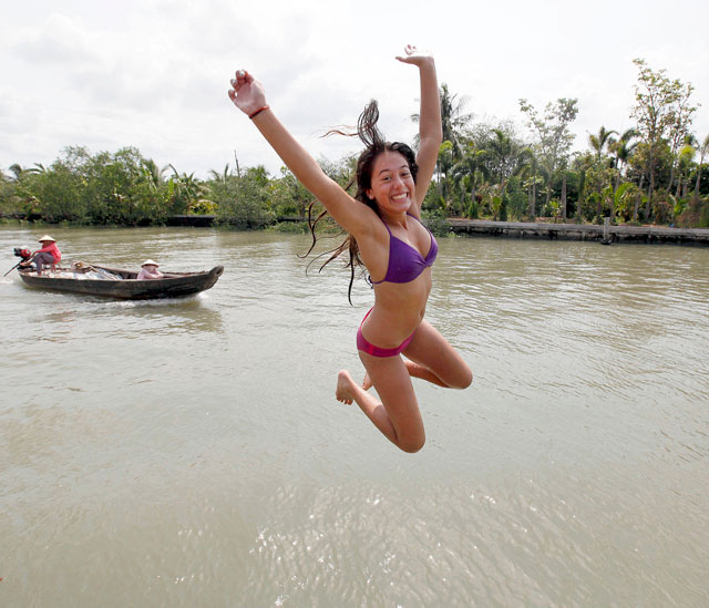 ap water girl jump Vietnam thg 130402 wblog Today In Pictures: April 2, 2013