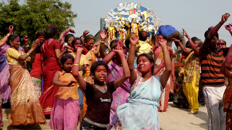 corb hindu festival women india ss thg 120402 wblog Today in Pictures: Hindu Goddess festival, Damien Hirst, MyanMar Cheer, Bieber Slimed and The Pope
