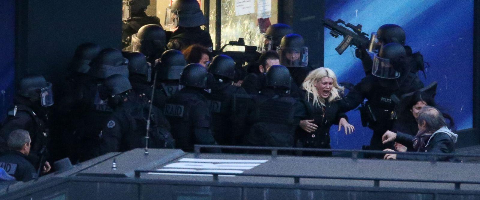 PHOTO: Police forces storm the Hyper Cacher kosher grocery store in Porte de Vincennes, eastern Paris, France on Jan. 9, 2015.