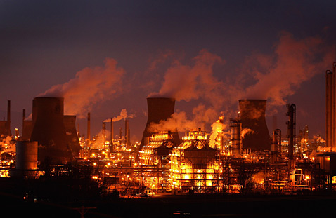 gty 142070564 england oil refinery wblog Today in Pictures: Land Day, Beach Volleyball, Glowing Refinery