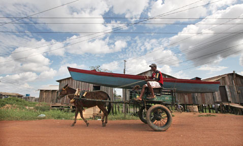 gty belo monte dam displaced horse Carriage thg 120618 wblog Brazils Belo Monte Dam to Displace Thousands in Amazon
