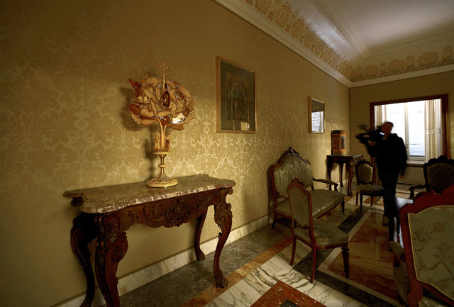 gty castel gandolfo interior living room thg 130226 wblog From Vatican City to Castel Gandolfo, The Popes Digs