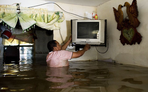 gty colombia flooding nt 120126 wblog Pictures of the Day: Obama vs. Brewer, Building Collapse in Brazil, and Australia Rioting