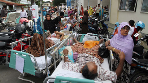 gty indonesia earthquake hospital ss thg 120411 wblog Today in Pictures; Empty Sky, Earthquakes, Miners Rescued, Water Slides, and Surfing