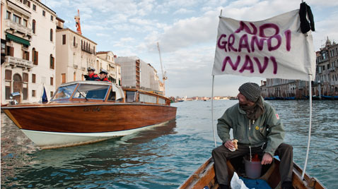gty italy boat protest ss thg 120116 wblog Today in Pictures: Jan. 16, 2012