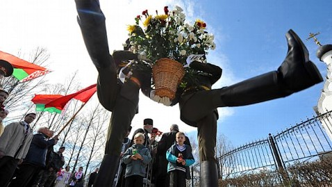 gty minsk chernobyl victims ll 130426 wblog Today in Pictures: Chernobyl Memorial, Lemurs Lunch, Battersea Power Station