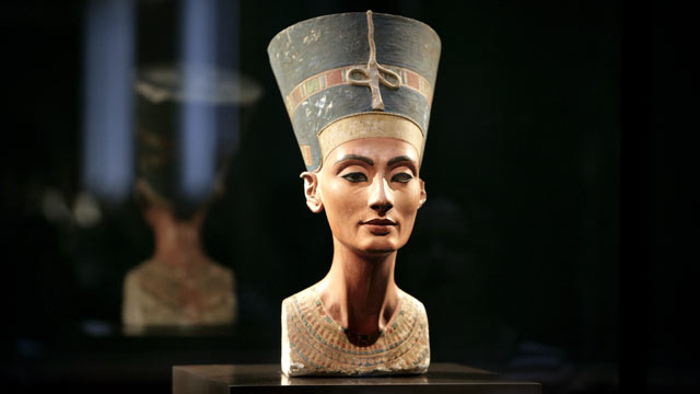 PHOTO: The bust of Queen Nefertiti, at Egyptian Museum and Papyrus Collection in the Neues Museum Berlin on November 11, 2009.