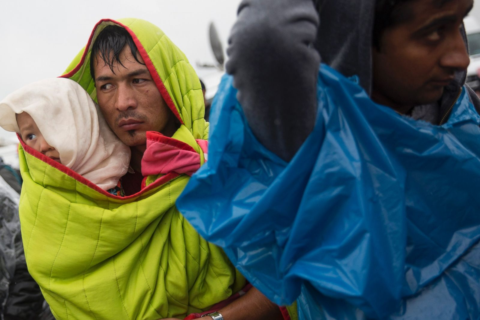 Seeking Shelter Amid War and Violence Refugees Flee to Europe Photos ...