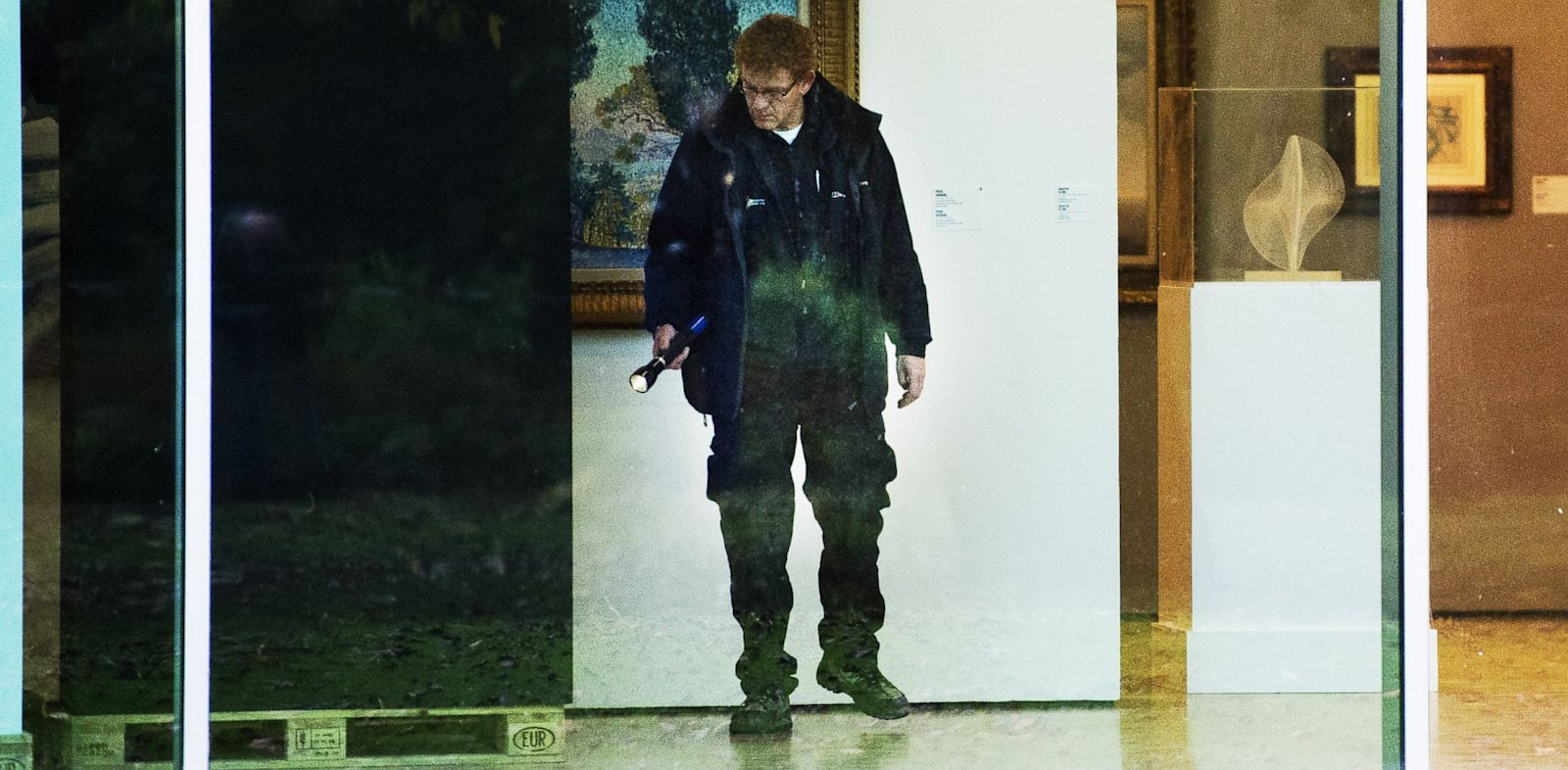 PHOTO: An investigator searches the Rotterdam Kunsthal museum break-in during the night on Oct. 16, 2012.
